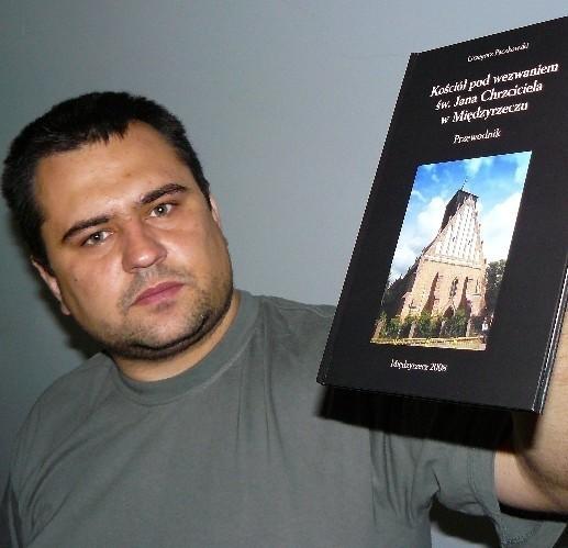 Grzegorz Paczkowski  ma 32 lata. Jest fotografikiem. Wydał już kilka map i książek na temat bunkrów Międzyrzeckiego Rejonu Umocnionego i Linii Odry, jego zdjęcia ilustrują kilkanaście albumów poświęconych fortyfikacjom.