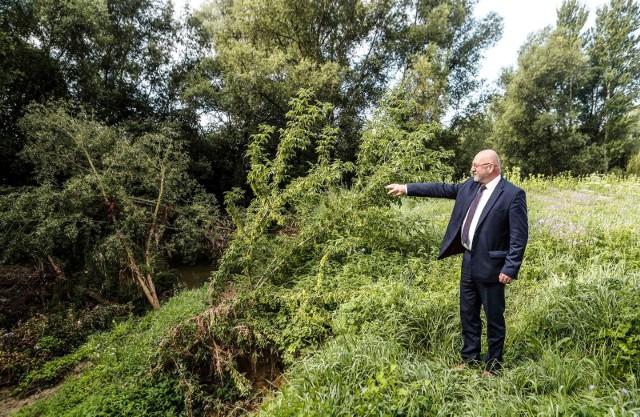 Razem z wiceprezydentem Andrzejem Gutkowskim przyjrzeliśmy się, jakie szkody pozostały po czerwcowych powodziach w okolicy ul. Biesiadnej w Rzeszowie. Krajobraz wygląda jak po kataklizmie.