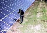 Mieszkaniec powiatu żagańskiego wszedł na farmę fotowoltaiczną i zniszczył panele. Zobacz film!