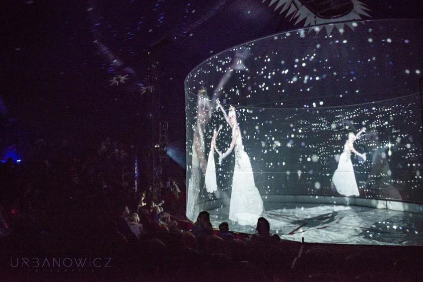 Obraz hologramu generują trzy specjalne projektory.