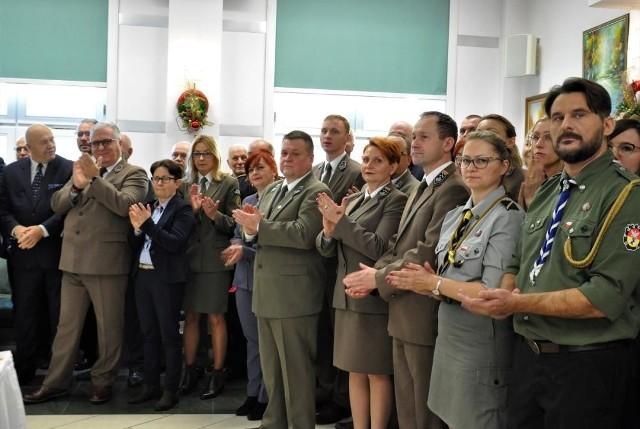 Spotkanie opłatkowe, jak co roku, odbyło się w świetlicy Regionalnej Dyrekcji Lasów Państwowych w Białymstoku. Oprócz obecnych i emerytowanych pracowników biura w spotkaniu wzięli udział przedstawiciele samorządu terytorialnego, służb mundurowych, duchowieństwo, nadleśniczowie i inni zaproszeni goście.