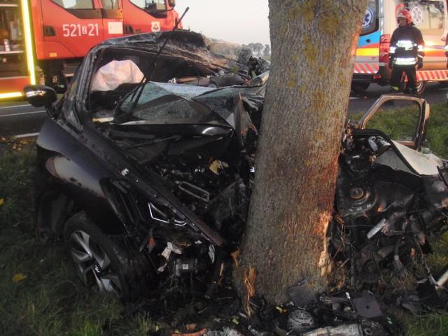 Do śmiertelnego wypadku doszło w poniedziałek około godziny 7 rano na drodze krajowej nr 6 na odcinku między Wrześnicą a Warszkowem. Nadjeżdżający od strony Słupska osobowy citroen zjechał na przeciwległy pas ruchu, dalej na pobocze i uderzył w drzewo.