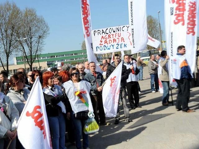 """- Chcemy godnie żyć, a nie na krawędzi ubóstwa - tłumaczy Hanryk Dąbrowski, zastępca przewodniczącego """"S"""", który w firmie pracuje już od kilkudziesięciu lat. - Nie jesteśmy tu po to, by robić zadymę. To jest spokojny protest, ale w słusznej sprawie."""