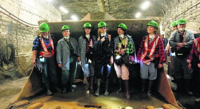 Panie były pod wrażeniem samej kopalni, jak i olbrzymich maszyn w niej pracujących. Tutaj pozują do wspólnego zdjęcia w łyżce jednej z górniczych ładowarek
