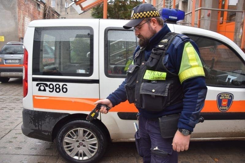 Interwencje pod napięciem. Zobacz, jak strażnicy miejscy obezwładniają bandytę paralizatorem [zdjęcia, FILM]