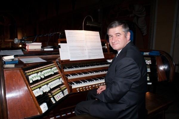 Trzeci koncert zagra Waldemar Krawiec – absolwent Akademii Muzycznej w Katowicach, uczestnik krajowych i zagranicznych kursów mistrzowskich, wreszcie laureat wielu prestiżowych konkursów organowych.