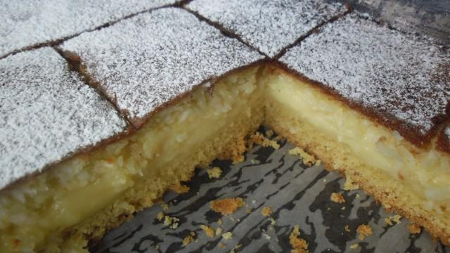"""Rewelacyjne ciasto """"pszczółka"""" z masą budyniową i kokosową pianką. Zobaczcie przepis!"""