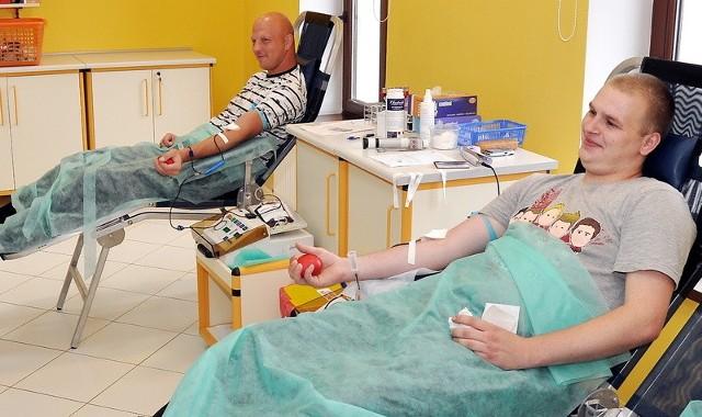 Kamil Odrowski( na pierwszym planie) i Krzysztof Surlej od kilku lat oddają krew. Robią to, bo jak zgodnie twierdzą - chcą pomóc chorym.