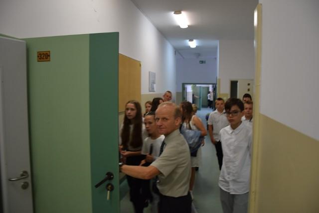 14 uczniów i absolwentów szkół z gminy Zielonki otrzymało nagrody i stypendia za wysokie wyniki w nauce. Zdjęcia poglądowe