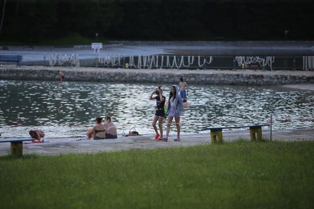 Kąpielisko Leśne w Zabrzu przyciągna wielu mieszkańców, którzy postanowili cieszyć się słońcem nad wodą.