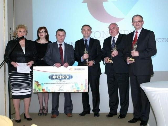 Burmistrz Marek Jankowski (z prawej) z innymi laureatami konkursu