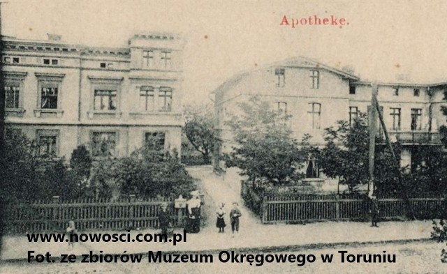 """Tak wyglądała apteka na Mokrem na początku XX wieku.""""Przypatrzywszy się ogrodowi w pięknie kwitnące kwiaty zaopatrzonemu, a położonemu przed frontem apteki i przedzielonemu gankiem cementowym..."""" - tak ogród przed apteką opisywała """"Gazeta Toruńska"""" w czerwcu 1886 roku."""