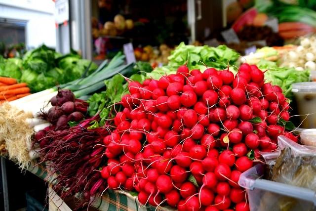 Świeże warzywa i owoce to podstawa w każdej kuchni. Sprawdziliśmy dla Was aktualne ceny na jednym z radomskich targowisk!