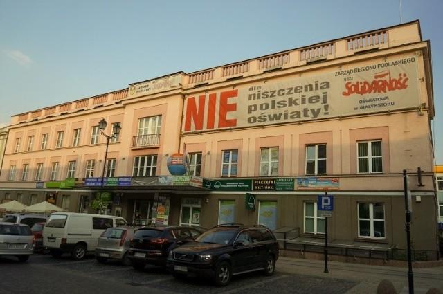 Ulica Suraska. NSZZ Solidarność zajmuje budynek, który kiedyś był siedzibą cenzury i Gazety Współczesnej