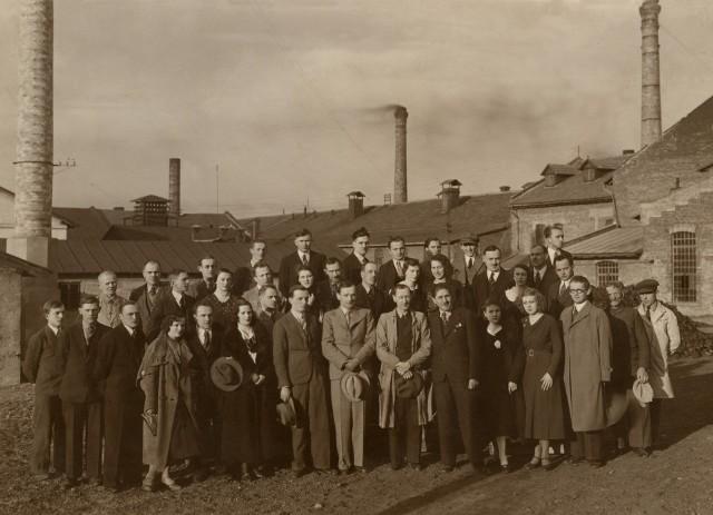 Pracownicy ćmielowskiej fabryki w 1934 roku.