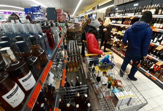 Zobacz, o ile od 1 stycznia wzrosną ceny papierosów, e-papierosów, alkoholi mocnych, wina oraz piwa.Szczegóły na kolejnych slajdach, przesuń zdjęcie gestem lub kliknij w strzałkę obok fotografii >>>