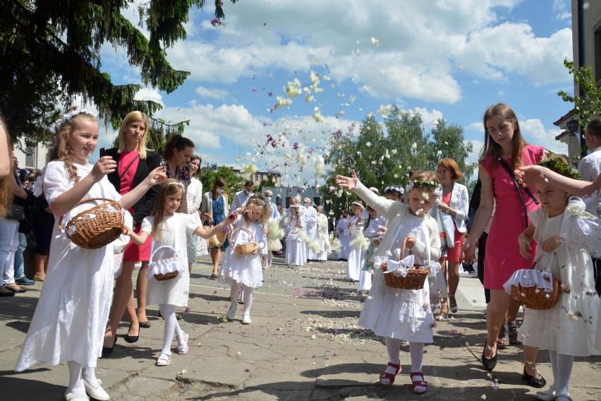 Skromna uroczystość Bożego Ciała przed kościołem w Sępólnie...