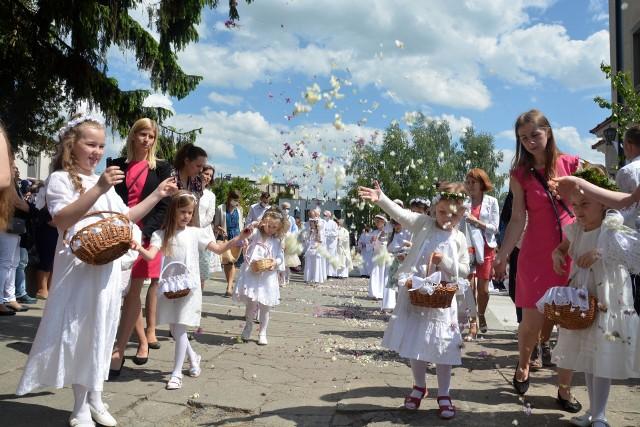 Skromna uroczystość Bożego Ciała przed kościołem w Sępólnie Krajeńskim