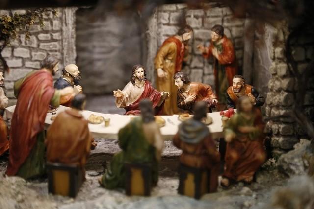 Liturgia Wielkiego Czwartku kończy okres Wielkiego Postu. Odprawiana wieczorem tego dnia msza przypomina o Ostatniej Wieczerzy, jaką Chrystus spożył z 12 apostołami.