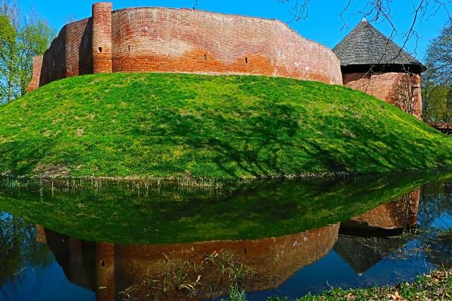Średniowieczna twierdza jest najstarszym zabytkiem Międzyrzecza oraz jedna z największych atrakcji turystycznych powiatu. Szczególnie urokliwie prezentuje się wczesna wiosną, kiedy drzewa zaczynają się zielenić i wypuszczać pąki, a w stylowych wazonach kwitną bratki.