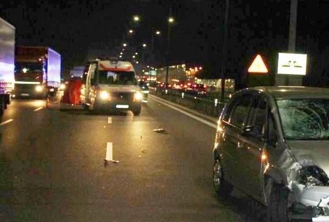 We wtorek po godzinie 19:00 na trasie DK 94 w Dąbrowie Górniczej doszło do śmiertelnego potrącenia mężczyzny, który w niedozwolonym miejscu przechodził przez drogę. To nie pierwsza śmierć w tym miejscu.
