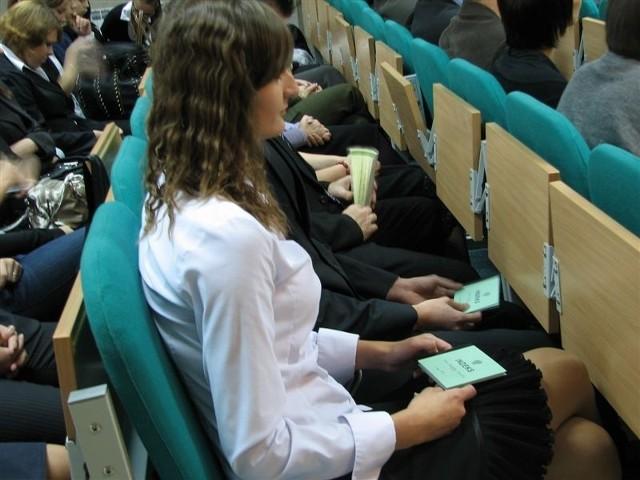 Nareszcie! Indeks studenta ZKN na uroczystości otrzymali najzdolniejsi kandydaci.