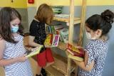 """Uczniowie z SP 56 dostali książki w ramach akcji """"Liść dębu"""". Zobacz, jak prezentują się na """"leśnym regale"""" [ZDJĘCIA]"""