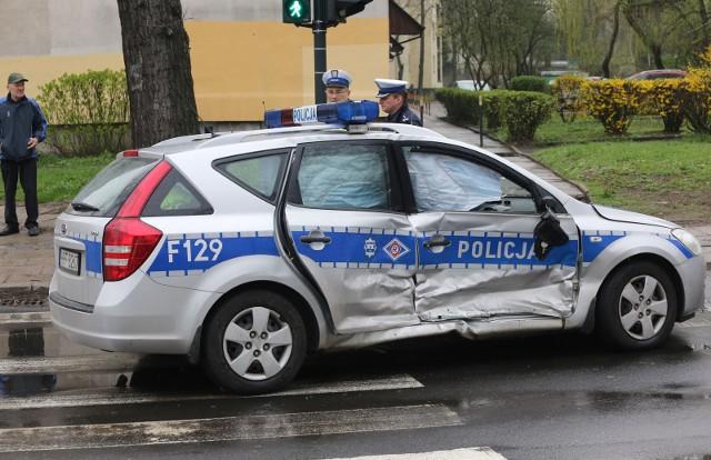 Motocyklista uciekając policji wpadł na radiowóz