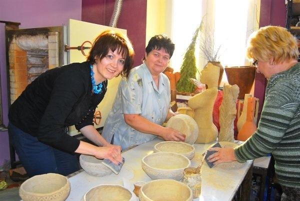 Kto żyw pomagał przygotować gliniane miski. Na zdjęciu Agnieszka Lach z Ośrodka Doradztwa Rolniczego, Bogumiłą Olszewska i Irena Quiring-Korczak z pracowni ceramicznej.
