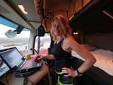 Ta kobieta prowadzi najcięższe ciężarówki na świecie. Iwona Blecharczyk pochodzi z okolic Przemyśla, właśnie wydała książkę o sobie