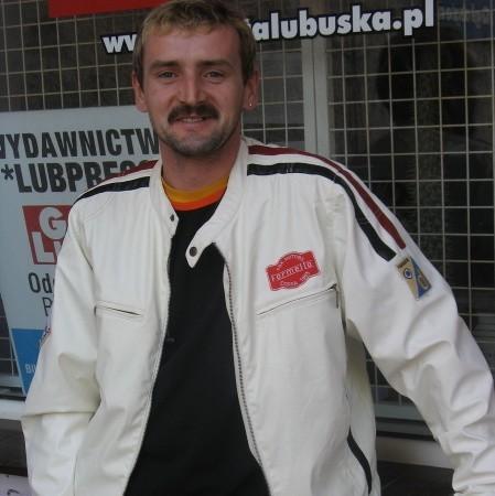 Piotra Wolski, ma 37 lat, jest górnikiem na szybie SW1 w Sieroszowicach, żonaty, ma córkę Annę, jazda na rowerze jest jego pasją od 8 lat.