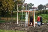 Miechów. Przy Liceum Ogólnokształcącym powstaje plac sportowo-rekreacyjny z urządzeniami street workout