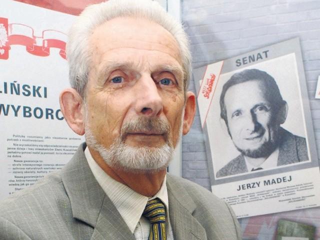 - Ustawa z 8 marca 1990 roku dała ludziom do rąk narzędzia, dzięki którym mogli zacząć autentycznie zmieniać swoją najbliższą małą ojczyznę - mówi Jerzy Madej stojący na tle wyborczych plakatów przed wyborami 4 czerwca 1989 roku.