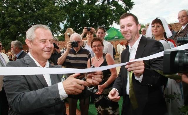 Marek Kondrat (z lewej) otworzył dziś winiarium. Z prawej Olaf Makiewicz.