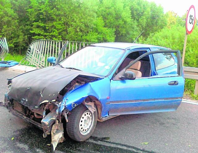 Na ul. Browarnej w Osieku honda uderzyła w barierę mostu.