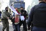 """Białoruś: aresztowanie demonstrujących kobiet w Mińsku. Wśród zatrzymanych """"babuszka"""" z flagą, ikona protestów (VIDEO)"""