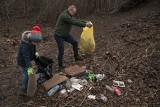 Społecznie posprzątali Fort XVII Ostrów w Twierdzy Przemyśl. Wynieśli kilkanaście worków śmieci [ZDJĘCIA]