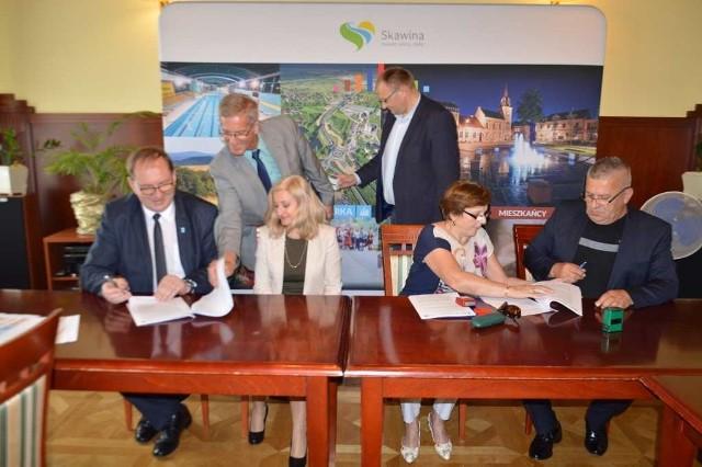 Umowę podpisują, od lewej burmistrz Paweł Kolasa, z prawej wiceprezes Józef Bogaczyk