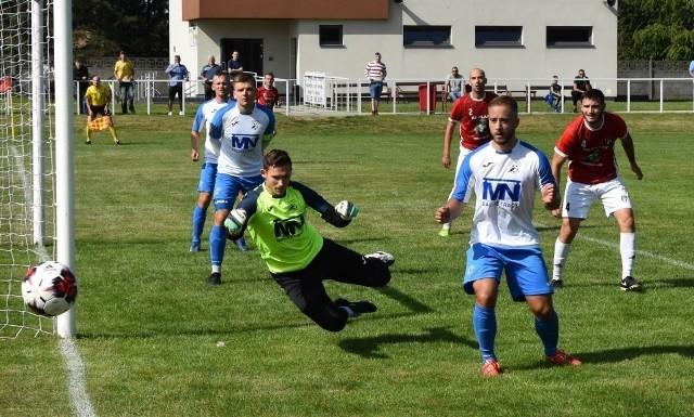 Sokół (biało-niebieskie stroje) w 14 jesiennych meczach zdobył 25 punktów