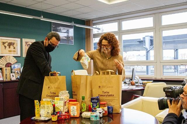Politechnika Białostocka wspiera zbiórkę żywności Caritas Archidiecezji Białostockiej. Od lewej: ks. Jerzy Sęczek i Marta Kosior-Kazeruk