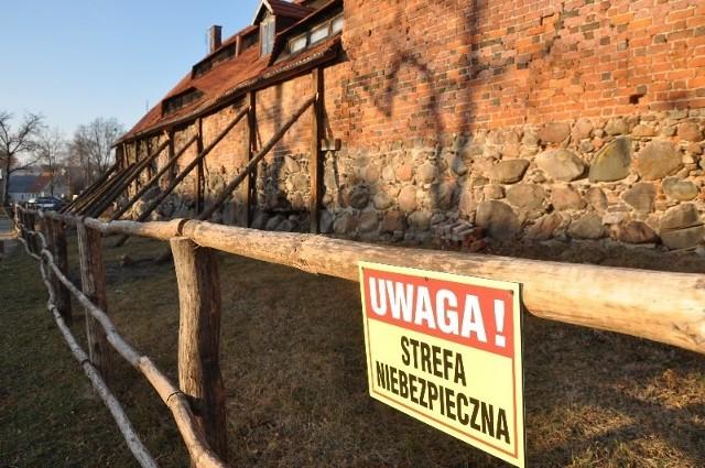 Średniowieczne mury obronne w Byczynie - sypiące się, podstemplowane.