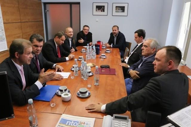 W debacie nto udział wzięli (od lewej): Norbert Honka, Grzegorz Sawicki, Arkadiusz Wiśniewski, Łukasz Szewczyk, Artur Janowski, Krzysztof Zyzik, Marcin Ociepa, Tadeusz Jarmuziewicz, Tomasz Garbowski.