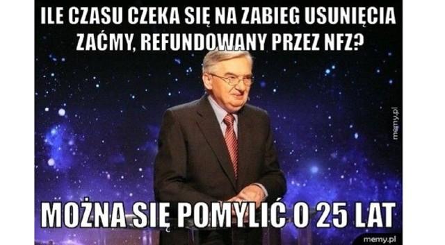 """Teleturniej """"Jeden z dziesięciu"""" jest emitowany na antenie TVP od... 1994 r. i wciąż cieszy się niesłabnącą popularnością, dlatego tak wielkie emocje wzbudziła ostatnia informacja, że nie podpisano jeszcze umowy na kontynuację programu. O tym, jak bardzo ceniony i lubiany jest teleturniej i jego prowadzący Tadeusz Sznuk najlepiej świadczą memy i demotywatory. Zobacz w galerii najlepsze z nich ----->"""