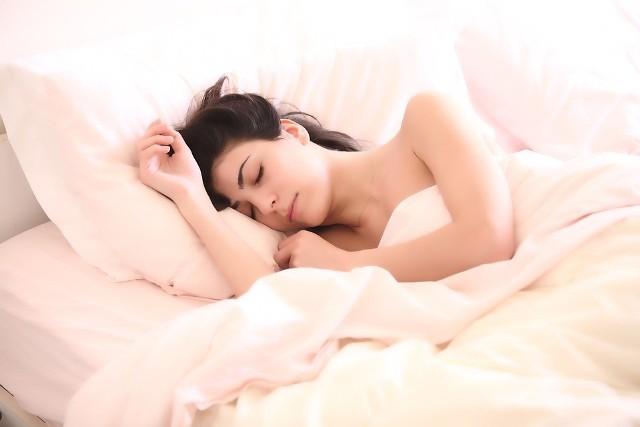 Odłóż smartfona czy tablet na kilka godzin przed pójściem do łóżka, bo zakłócisz sobie sen