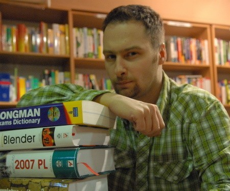 """- Na studiach wszystkie pieniądze wydawałem na książki - przyznaje Sławomir Baranowski, prowadzący księgarnię językowo-naukowo-techniczną ,,Zielone Wzgórza""""."""