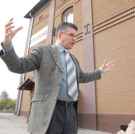 Burmistrz Jacek Sauter z ożywieniem opowiada, co udało się już zrobić na dworcu, a co jeszcze tu powstanie