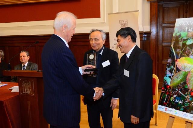Gratulacje dla poetów wietnamskich Lang Quang My oraz Nguen Chi Thuat.