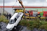 60-latka utopiła skodę w zbiorniku wodnym. Weszła na dach samochodu... [zdjęcia]