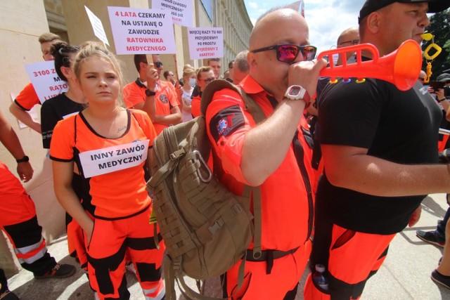 Na złą sytuację służby zdrowia i szczególnie ratownictwa medycznego protestujący zwracali uwagę także w czerwcu tego roku pod urzędem wojewódzkim
