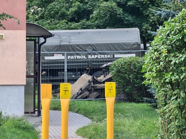 Podczas prac ziemnych przy ul. Gałczyńskiego w Toruniu robotnicy trafili na pocisk dużego kalibru. Jak się dowiedzieliśmy, może to być pamiętający jeszcze czasy I wojny światowej pocisk 210 mm.